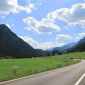 Die Dolomitenstraße beim Dorf