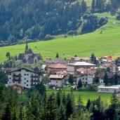 Panoramablick auf das Dorf Moena