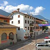 Im Dorfzentrum mit seinen Schulgebäuden