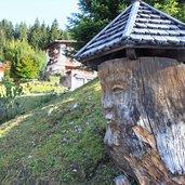 Kunst aus Holz in der Umgebung des Dorfes