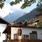 Transacqua und die Dolomiten im Hintergrund