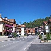Das Dorf wird von der Straße durchquert