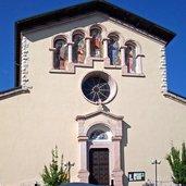 Blick auf die Kirche des Dorfes
