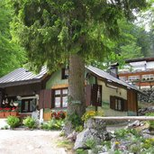 "Das Gasthaus Lago Rosso, also ""Roter See\"""