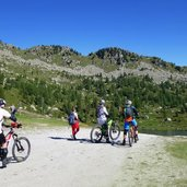 12D-0982-ciclisti-mountain-bikers-ebike-a-pradalago.jpg