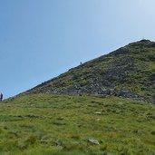 D-1190-cima-cavallazza-discesa-escursionisti.jpg