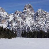 D-5178-calaita-inverno-escursionista-con-ciaspole-sfondo-pale-di-san-martino.jpg