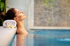 Adobe Stock benessere wellness relax schwimmbad person