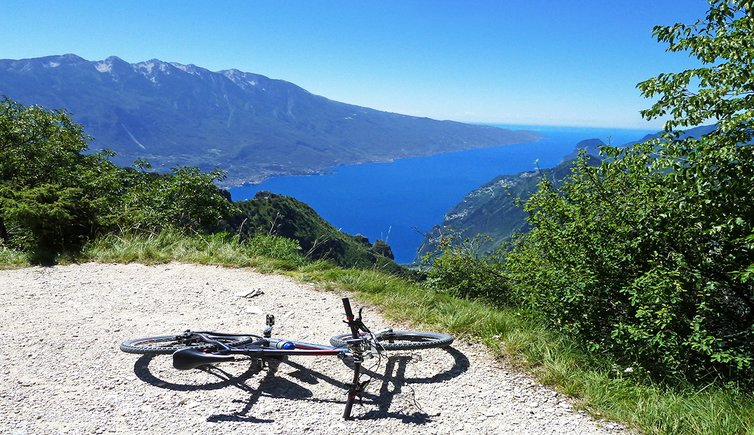 bici mountain bike tremalzo passo vil vista su lago